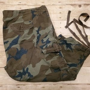 Old Navy Camo cargo capri pants - GUC